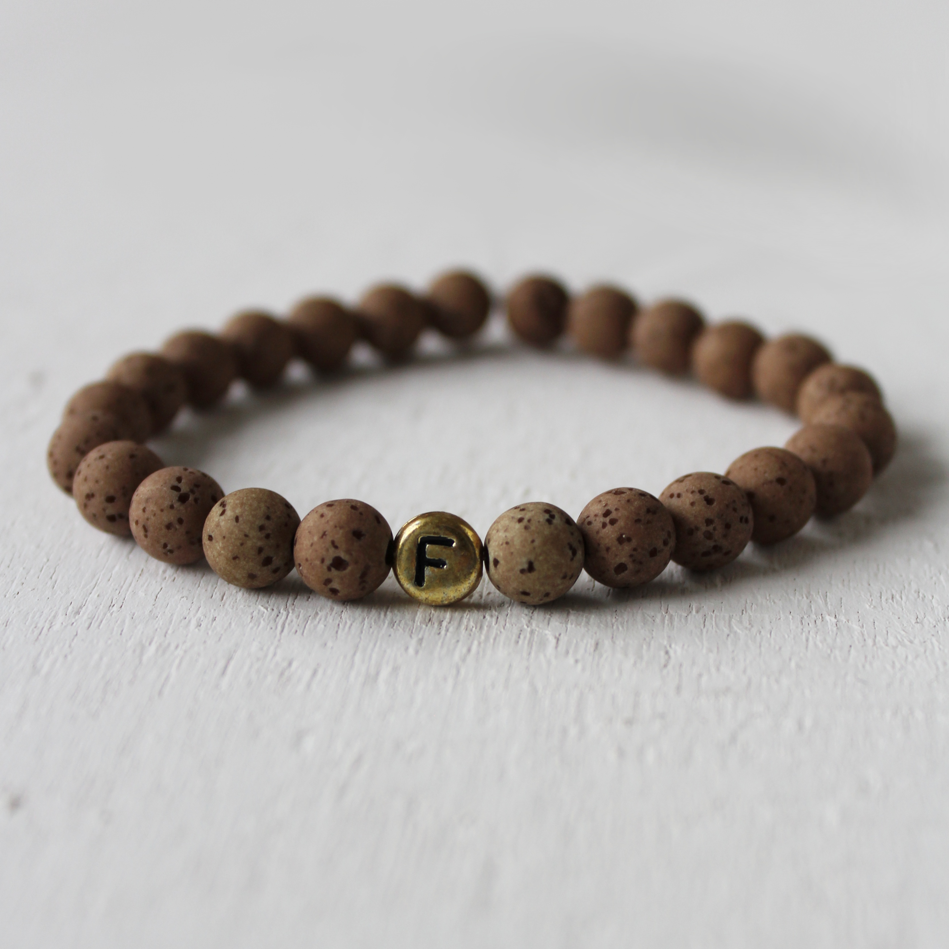 personalisiertes Armband mit Buchstabe – mocca / gold